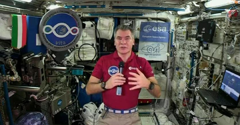 Il saluto dallo spazio di  @AstroPaolo