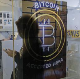 Prelievo di bitcoin da un bancomat di Hong Kong (Ap)
