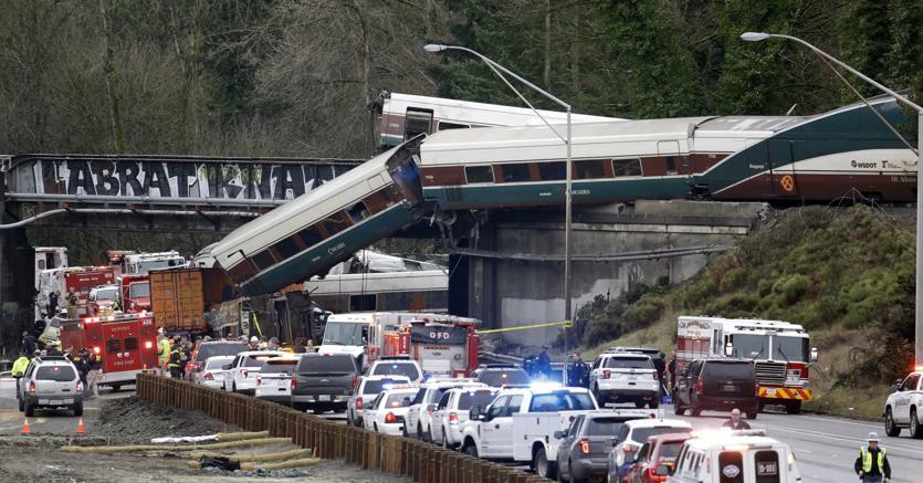 Treno passeggeri deraglia nello Stato di Washington: almeno sei morti, diversi feriti