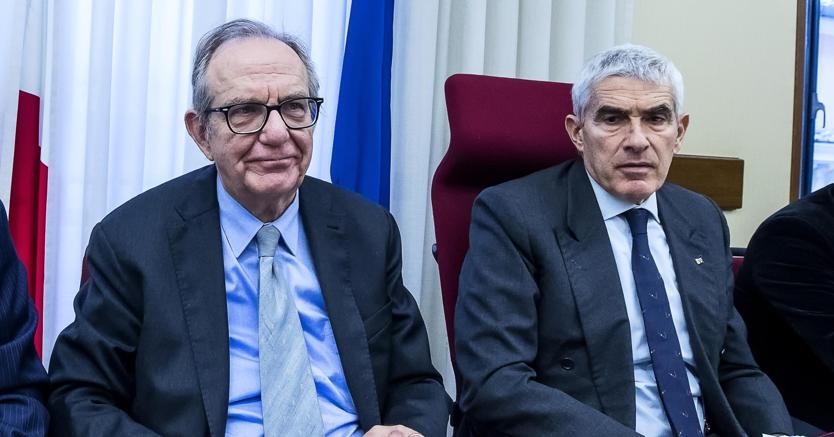 Il ministro Padoan e il presidente Casini durante l'audizione in commissione banche (Ansa)