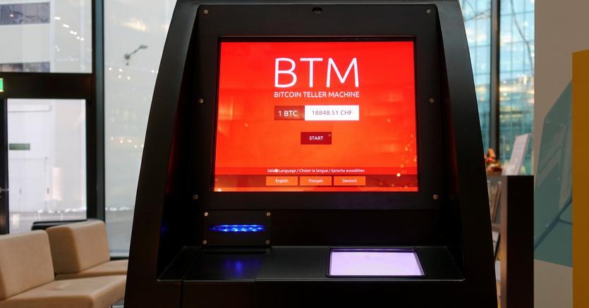 Una macchina per il «prelievo» di bitcoin a Zurigo (Reuters)
