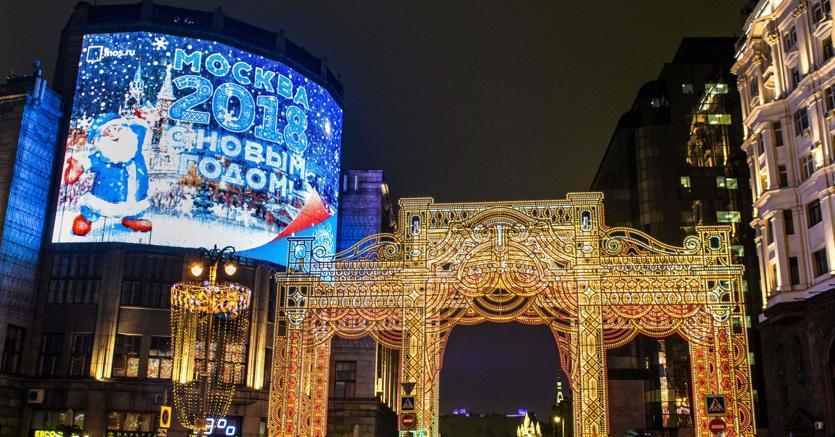Un cartellone pubblcitario di Russia 2018 a Mosca (Afp)