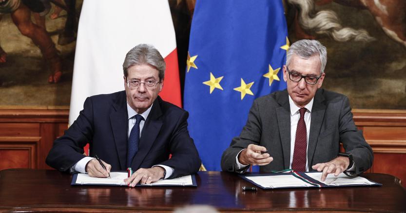 Il premier  Gentiloni  e il presidente della regione  Sardegna Francesco Pigliaru firmano l'intesa