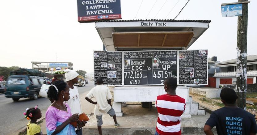 Irisultati finali delle elezioni presidenziali in LIberia su un tabellone a Monrovia, la capitale