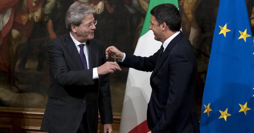 La consegna della campanella da parte di Matteo Renzi a Paolo Gentiloni  il 12 dicembre del 2016