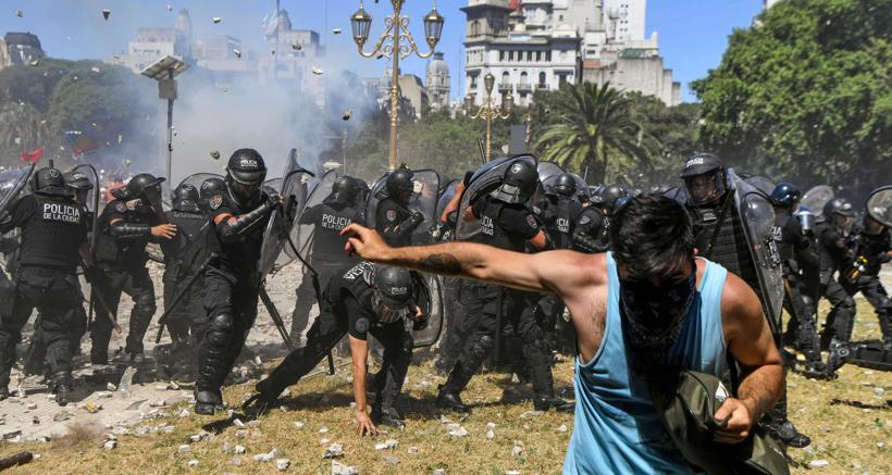 Scontri  a Buenos Aires tra polizia e manifestanti, in piazza per protestare contro la riforma delle pensioni