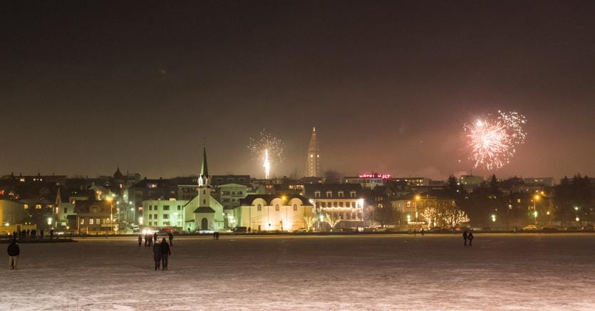 Festeggiamenti per il nuovo anno a Reykjavik (Reuters)