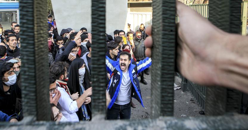 Manifestanti all'Università di Teheran