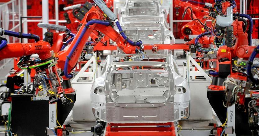 Un'auto elettrica in fase di assemblaggio in uno stabilimento Tesla
