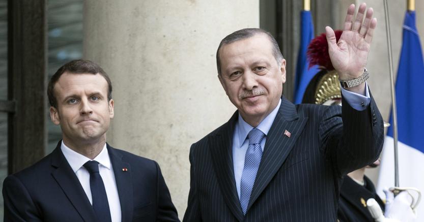 Il presidente turco, Recep Tayyip Erdogan (a destra) accolto dal presidente francese, Emmanuel Macron, ieri a Parigi