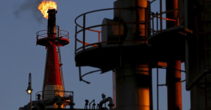 Petrolio in calo dopo Brent oltre $70 per prima volta dal 2014