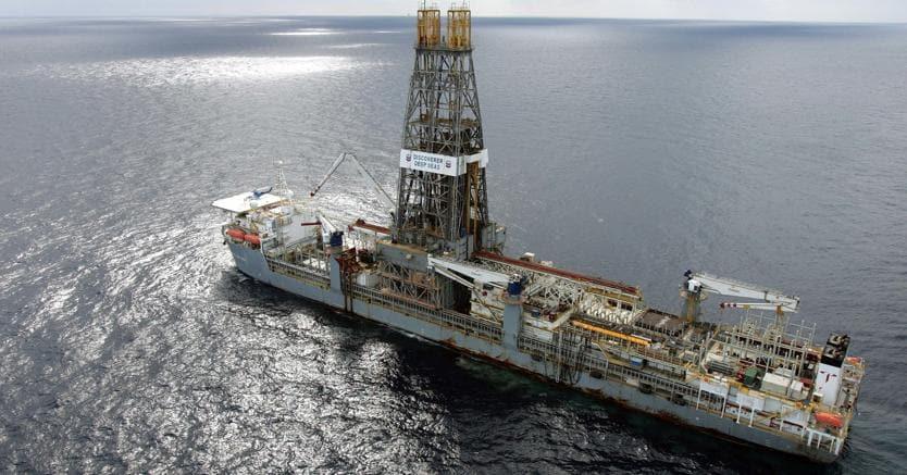 Petrolio sopra i 63 dollari con tensioni Iran e crollo scorte