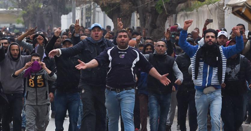 Dimostranti contro le forze dell'ordine a Tebourba
