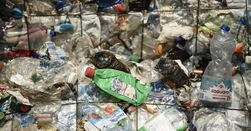 Tasse, l'Europa pronta a annunciare un balzello sulla plastica