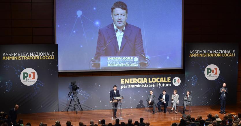 """Il segretario del Pd Matteo Renzi durante il convegno del PD """"Energia Locale Amministrare il futuro"""" presso il Lingotto (Ansa)"""
