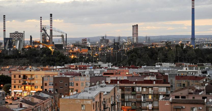 Taranto, i bambini ripuliscono i banchi dalle polveri dell'Ilva