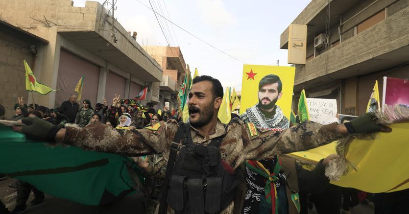 Le proteste dei militanti curdi dell'Ypg (Unità di protezione del popolo). AFP PHOTO / DELIL SOULEIMAN