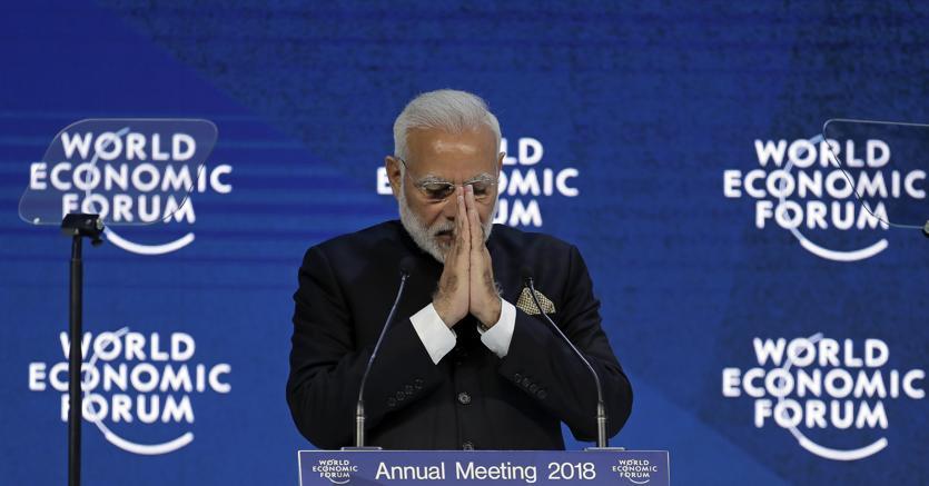 Il saluto di Narendra Modi, primo ministro indiano, al Forum di Davos