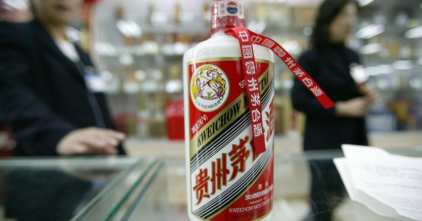 Una bottiglia di Kweichow Moutai in un supermercato di Pechino. (Bloomberg)