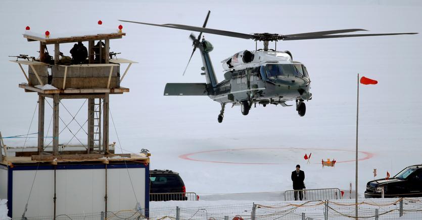 L'elicottero con a bordo Donald Trump lascia Davos (Reuters)