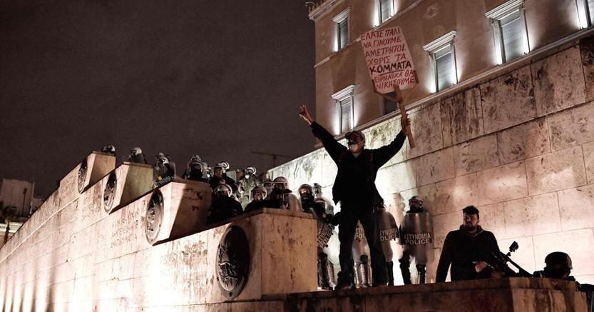 Centinaia di persone hanno sfilato  davanti alla sede del Parlamento di Atene lo scorso 15 gennaio (Afp)