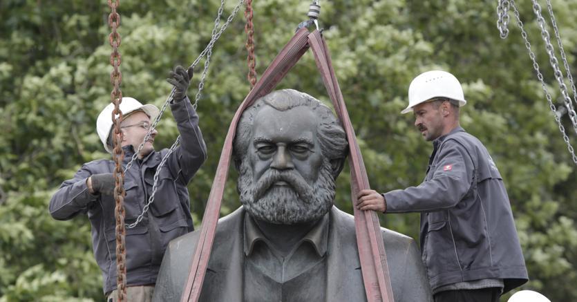 La statua di Karl Marx a Berlino rimossa nel 2010 per i lavori della metropolitana  (Reuters)