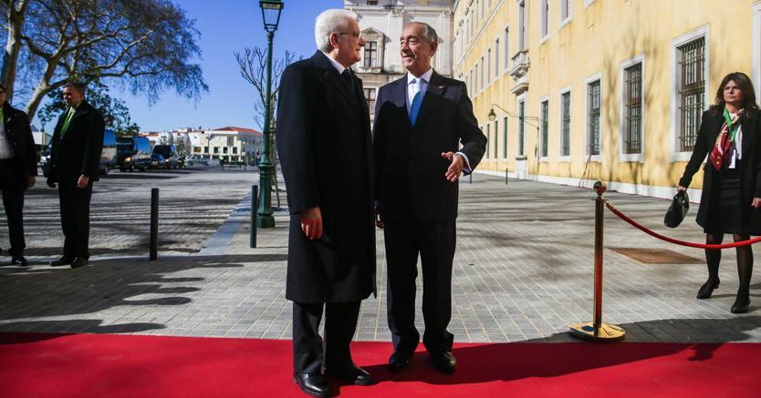 Il presidente del Portogallo Marcelo Rebelo de Sousa accoglie il capo dello Stato italiano Sergio Mattarella (foto Epa)