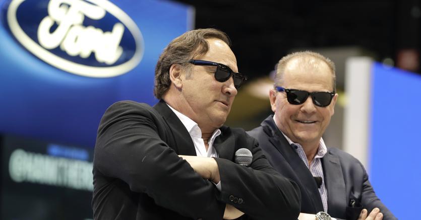 Jim Belushi, a sinistra, e un top manager di Ford, Mark LaNeve, al Chicago Auto Show (Ap)