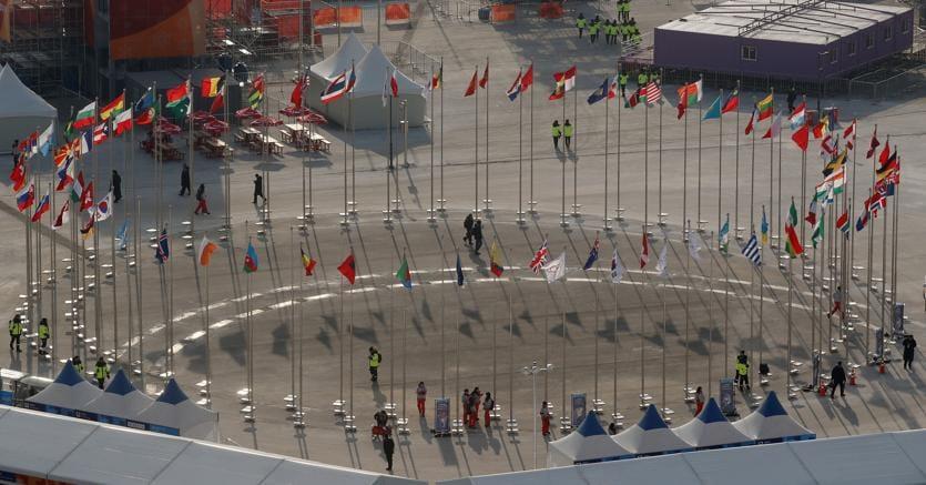 Le bandiere dei paesi partecipanti alle partite del Pyeongchang 2018 su una piazza a Pyeongchang (Reuters)