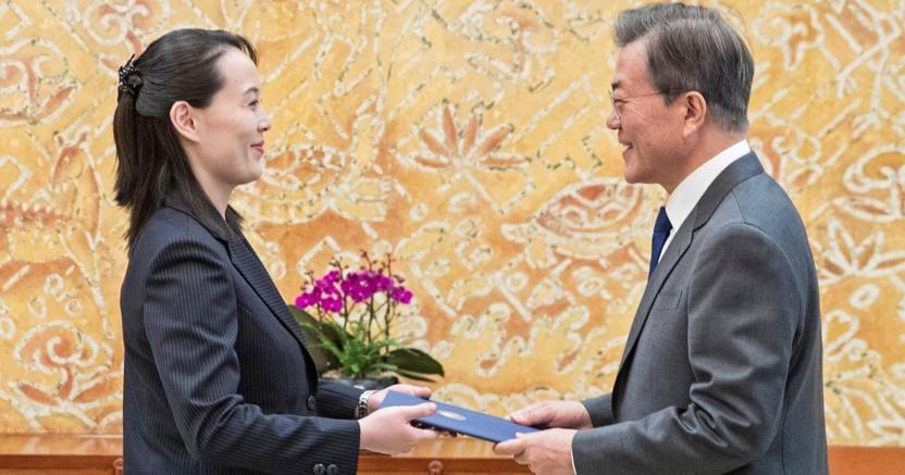 Kim Yo-jong, sorella di Kim Jong-un, consegna al presidente sudcoreano Moon un invito a recarsi a Pyongyang