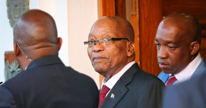 Il presidente del Sudafrica, Jacob Zuma, all'uscita dalll'ufficio della presidenza al Parlamento di Cape Town