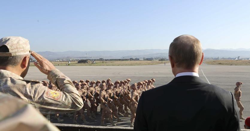 Guerra finita? Vladimir Putin nella base aerea russa Hmeimim il 12 dicembre scorso