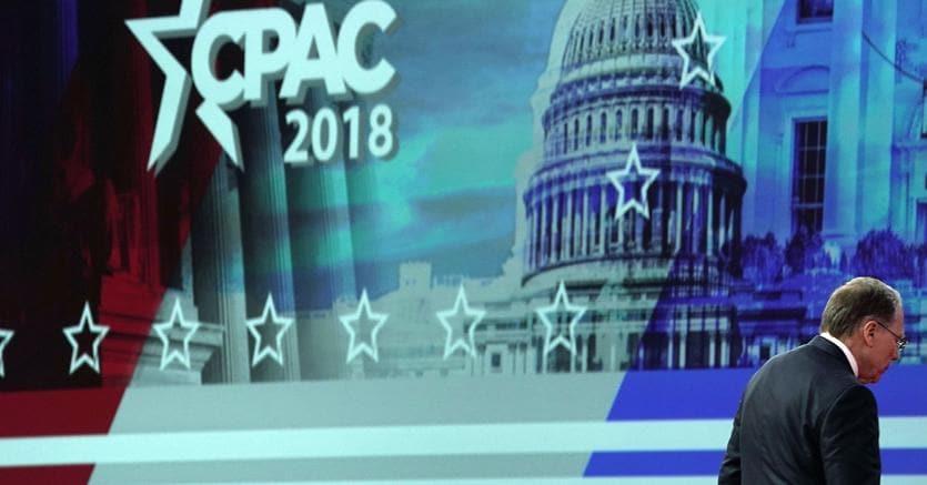 L'amministratore delegato dell'Nra, Wayne LaPierre, lascia il palco dell'American Conservative Union
