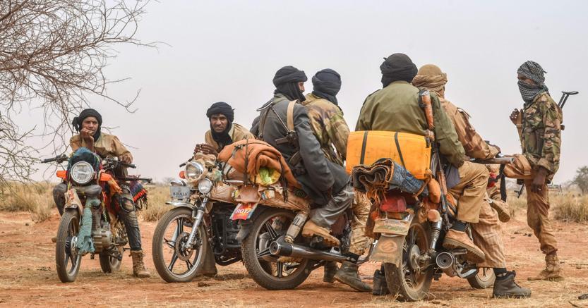 Il Niger è il  cuore di tutti i traffici di esseri umani del Sahara (nella foto dei trafficanti al confine con il Mali, foto Afp)