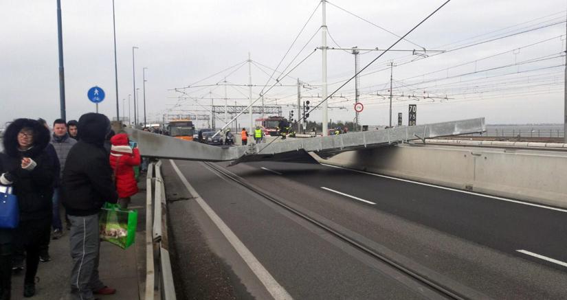 Venezia, crolla pilone sul Ponte della Libertà: traffico paralizzato