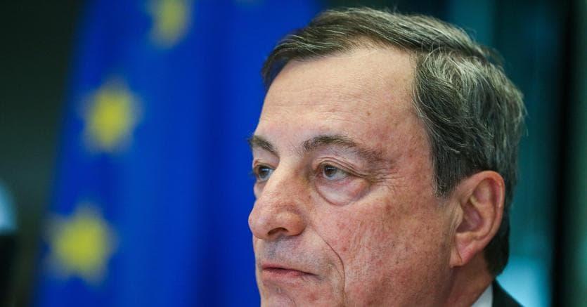 Euro cede su dollaro dopo parole Draghi su inflazione