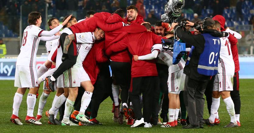 I festeggiamenti dei rossoneri dopo la vittoria di domenica a Roma (Reuters)