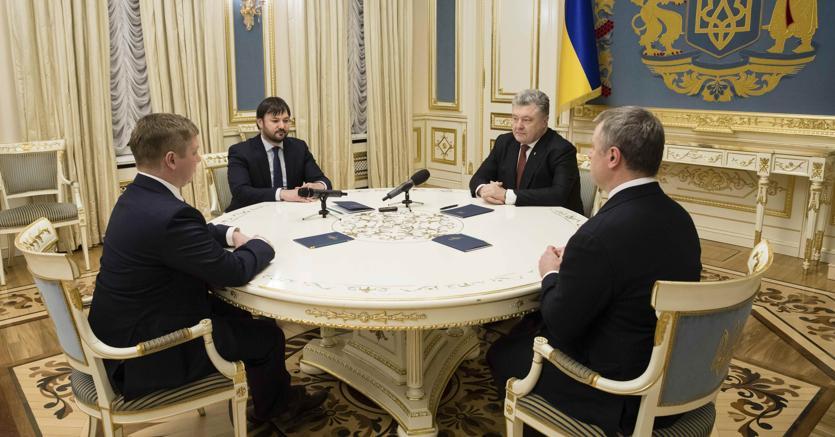 Il presidente ucraino Poroshenko incontra  i capi della società energetica statale ucraina Naftogaz, dopo che un tribunale di Stoccolma ha sentenziato a  suo favore in una disputa legale contro Gazprom per il transito del gas, a Kiev, in Ucraina. (Mikhail Palinchak / Servizio stampa presidenziale ucraino / tramite REUTERS)