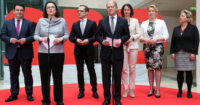 Da sinistra, Hubertus Heil,  Andrea Nahles,  Heiko Maas, Olaf Scholz,  Katarina Barley,  Franziska Giffey, Svenja Schulze (Epa)