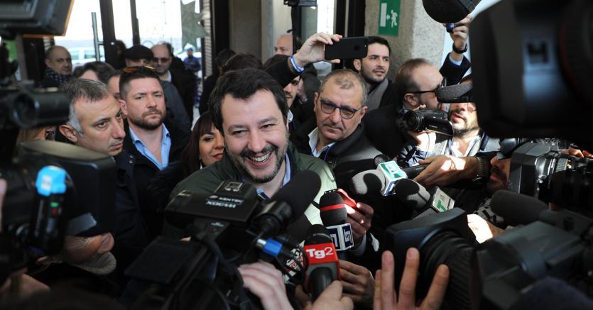 Il segretario della Lega Matteo Salvini al suo arrivo al palazzo delle Stelline di Milano per prendere parte a una riunione fra i neo eletti in parlamento della Lega (foto Ansa)