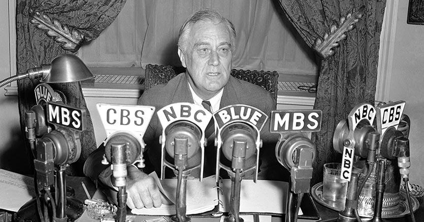 """Il presidente degli Stati Uniti d'America Franklin Delano Roosevelt durante uno dei suoi famosi """"discorsi del caminetto"""" (Ap)"""