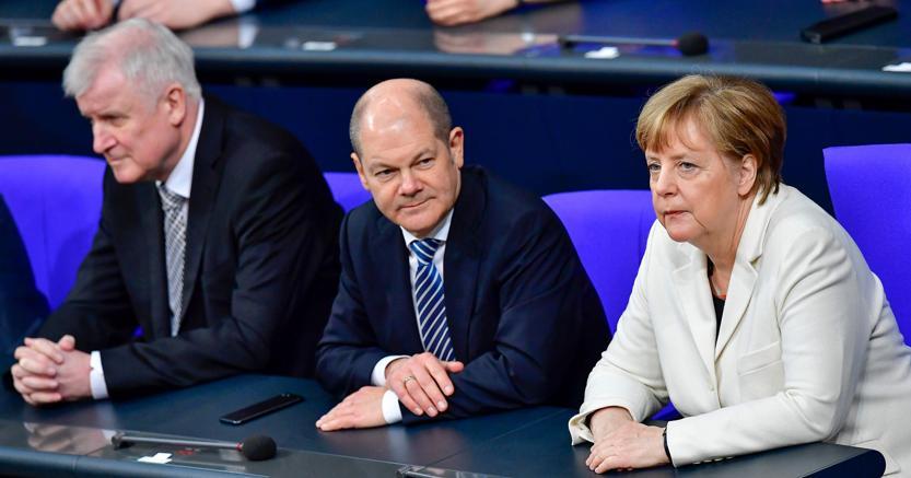 Nuovo governo in Germania. Il ministro dell'Interno,  Horst Seehofer e il ministro delle Finanze e vicecancelliere Olaf Scholz assieme alla cancelliera Angela Merkel, ieri in Parlamento