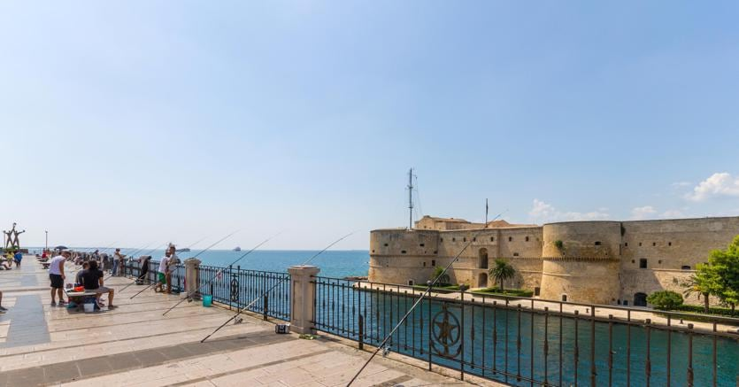 Taranto, a destra il Castello Aragonese (Agf)