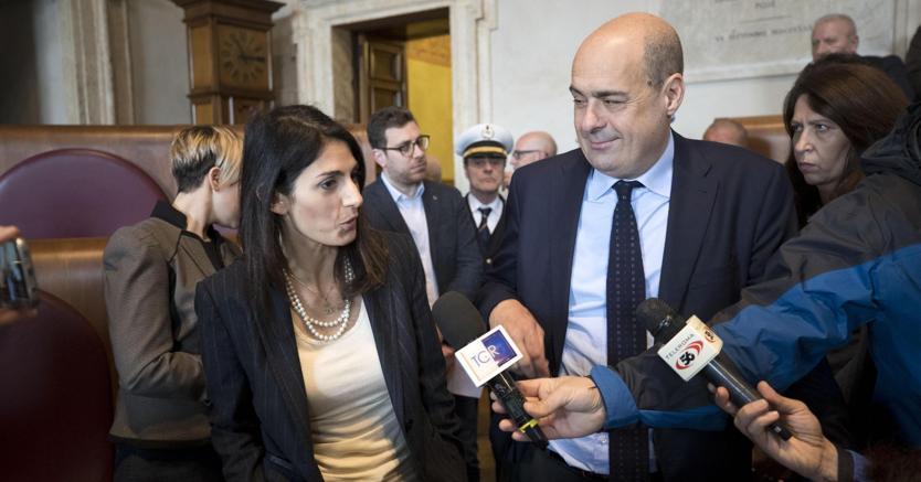 La sindaca di Roma Virginia Raggi e il presidente della Regione Lazio Nicola Zingaretti al termine dell'incontro in Campidoglio (foto Ansa)