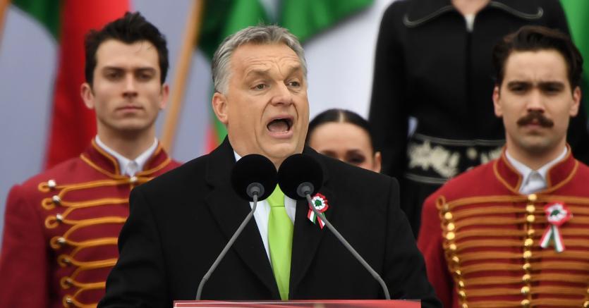 Campagna contro l'immigrazione. Il premier ungherese Viktor Orban durante un comizio a Budapest. In Ungheria si vota l'8 aprile