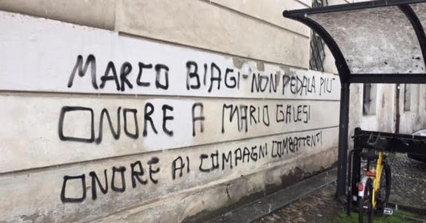 Alcune delle scritte comparse, in occasione del sedicesimo anniversario dell'uccisione da parte delle nuove Brigate rosse del giuslavorista Marco Biagi sui muri della facoltà di economia di Modena