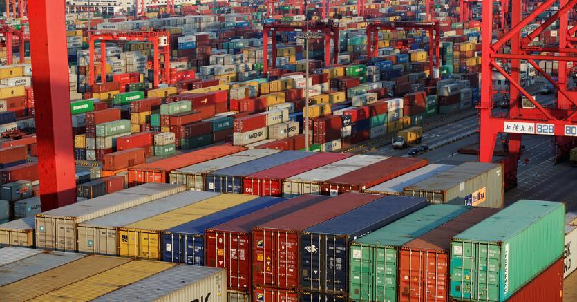 Container nel porto di Shanghai (Reuters)