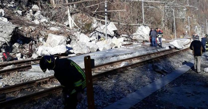 Frana in Piemonte, automobili schiacciate da massi e terra: due morti