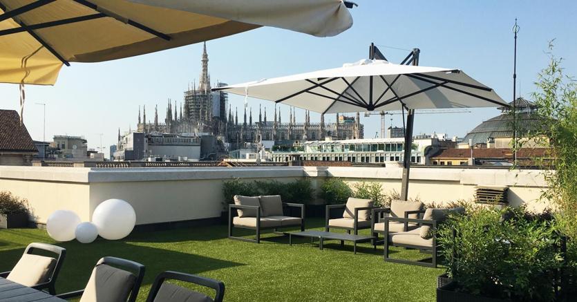 La vista della terrazza della sede di Intesa in Piazza Scala a Milano