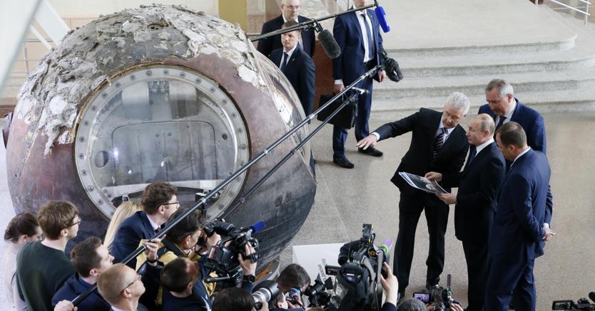 Nella Giornata del Cosmonauta, Vladimir Putin ha visitato il padiglione dedicato allo spazio al Centro esposizioni di Mosca